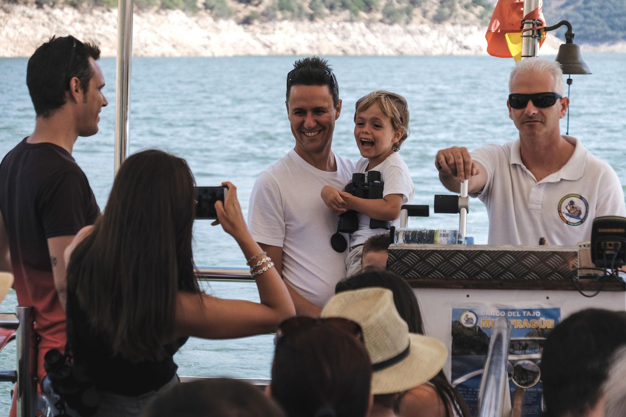Diego posa con los prismáticos en la mano junto al patrón del barco.