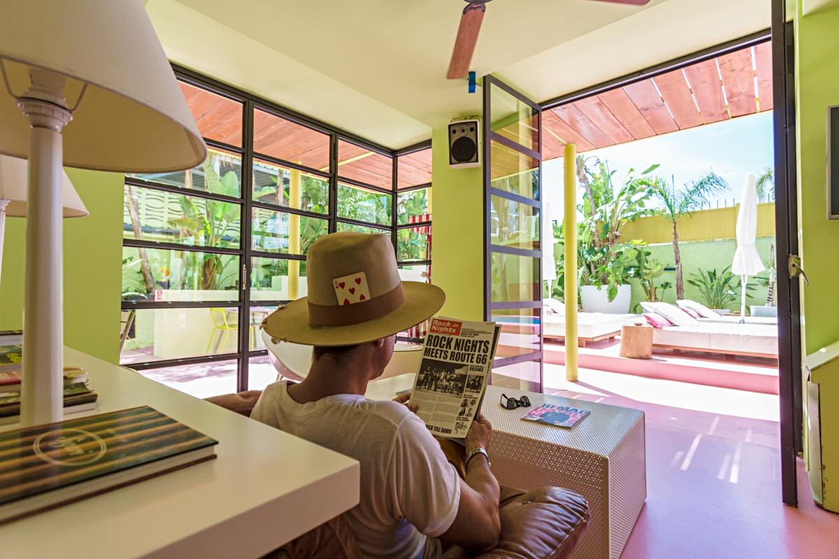 Leyendo en el lobby del hotel Tropicana (Ibiza).