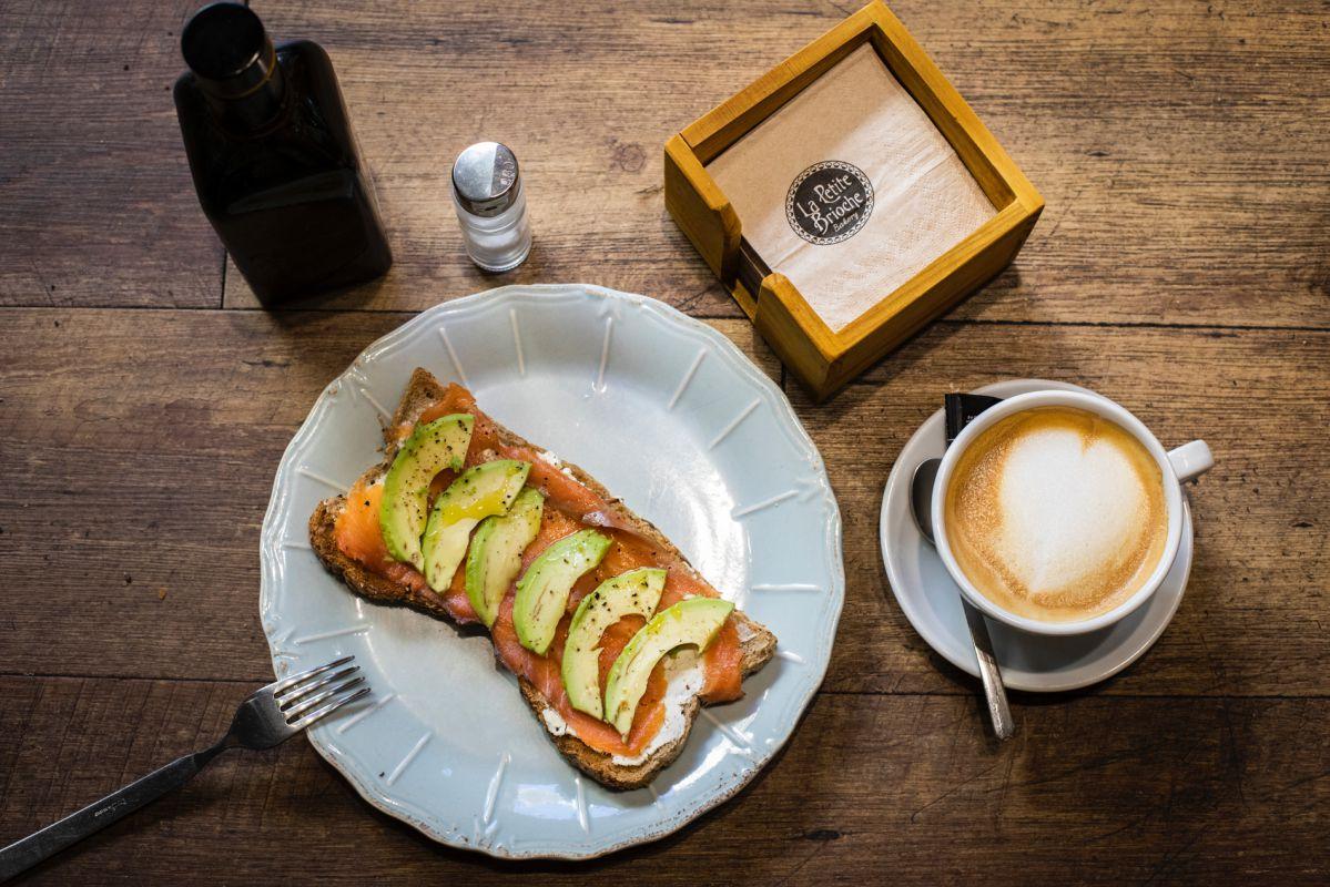 La tosta con salmón ahumado noruego y aguacate es perfecta para reponer energías.