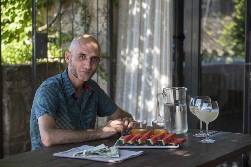 Jordi, el hospitalario propietario, logra que la estancia sea acogedora sin perturbar la privacidad.