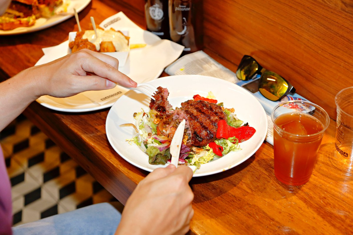Para los que no quieran pan, la carne también se sirve directamente sobre una ensalada.