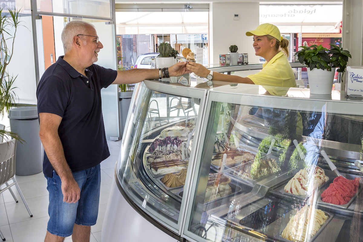 Heladera dando un helado a un cliente