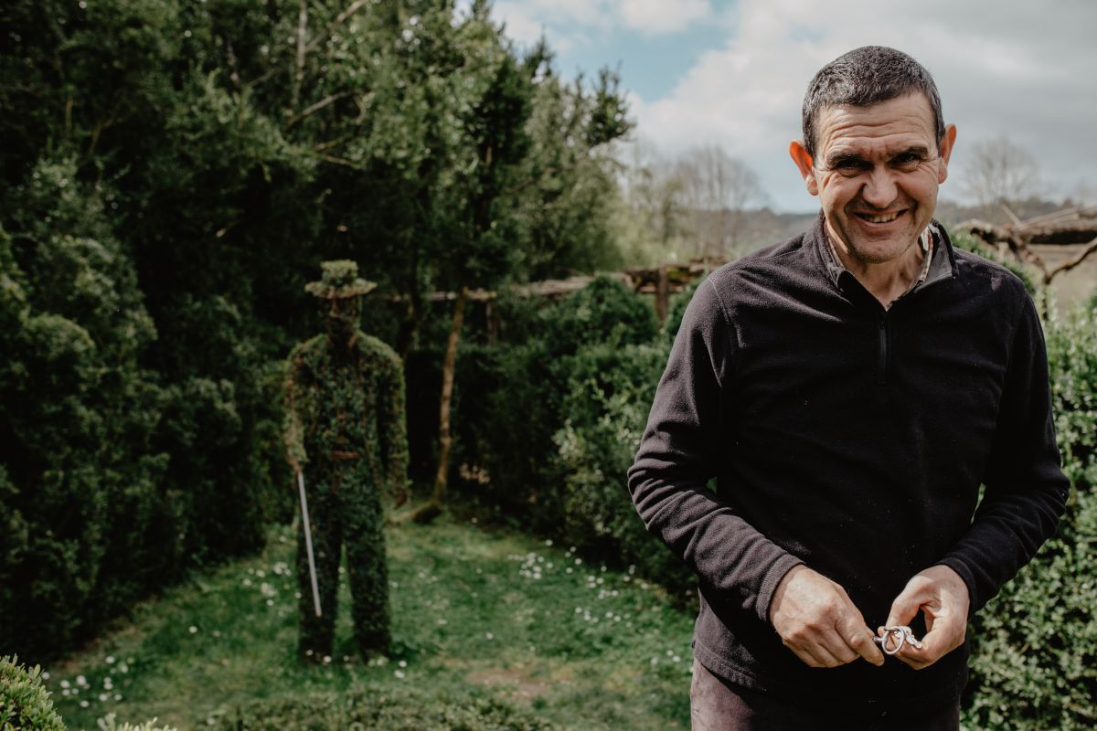 Manolo junto a la figura del presidente de la Fundación Medinaceli, propietarios del pazo.