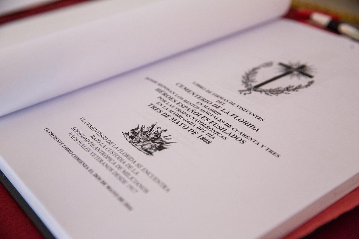 Detalle del Libro de Visitas del cementerio de La Florida, en Madrid.