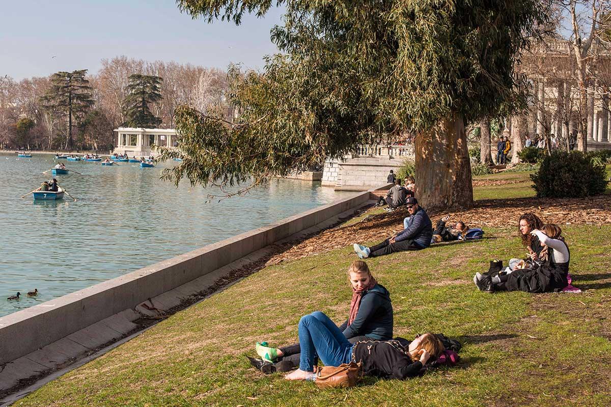 Descansando en el parque, delante del estanque, uno se olvida de los cuidados que requiere cada rincón.