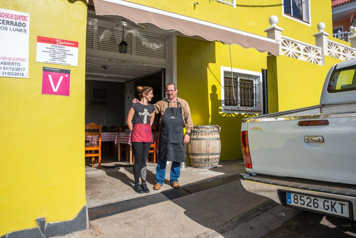 El matrimonio propietario del guachinche Quintero a las puertas de su negocio, en Tenerife.