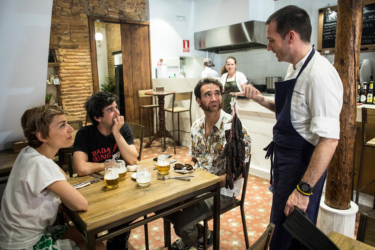 Alfonso acostumbra a hablar con sus clientes, explicar detalles de sus platos es parte de su trabajo.
