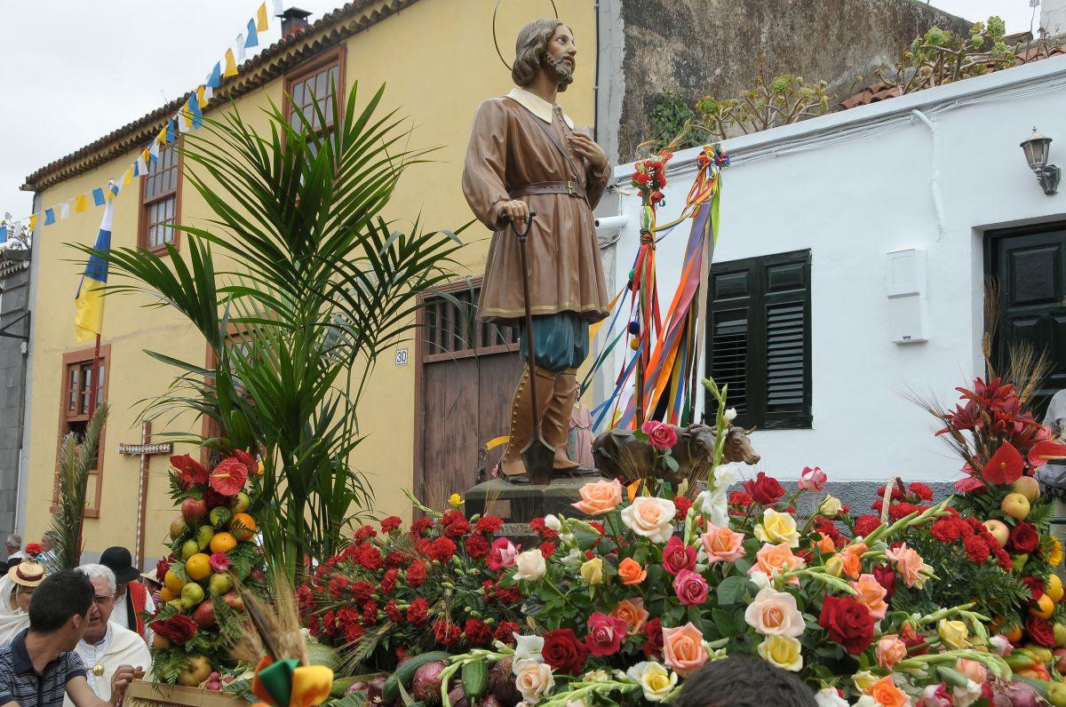Vista del santo San Isidro Labrador durante la romería, a su paso por las calles de Tacoronte, en la isla de Tenerife.
