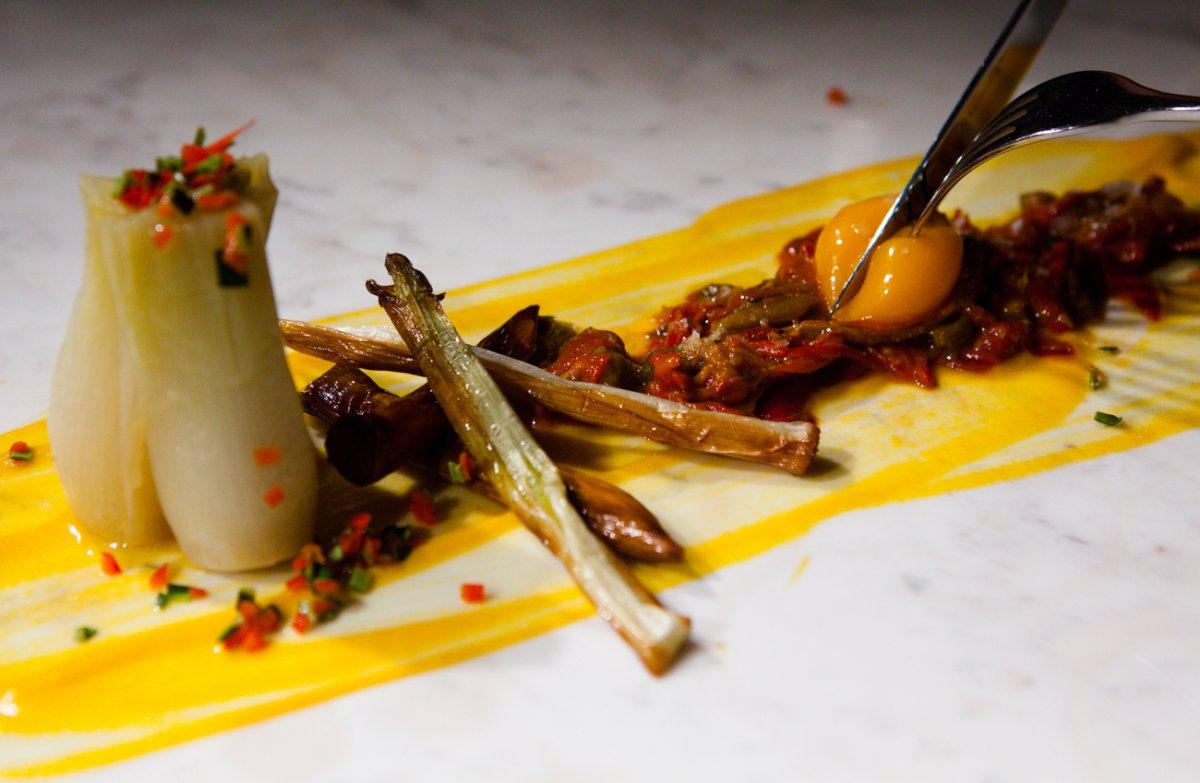Una de las creaciones más atrevidas: puerro asado con cebolleta confitada al 'chardonnay'.