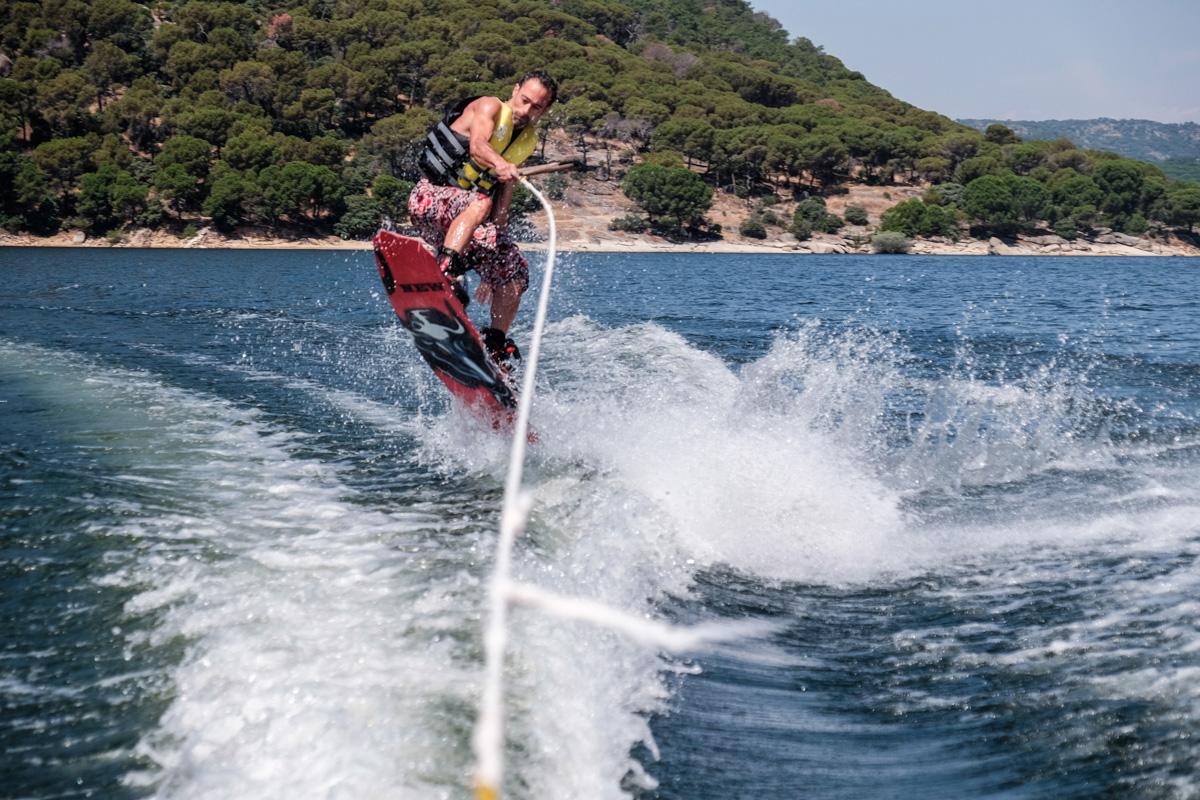 El 'wakeboard' se ha puesto de moda en el pantano.