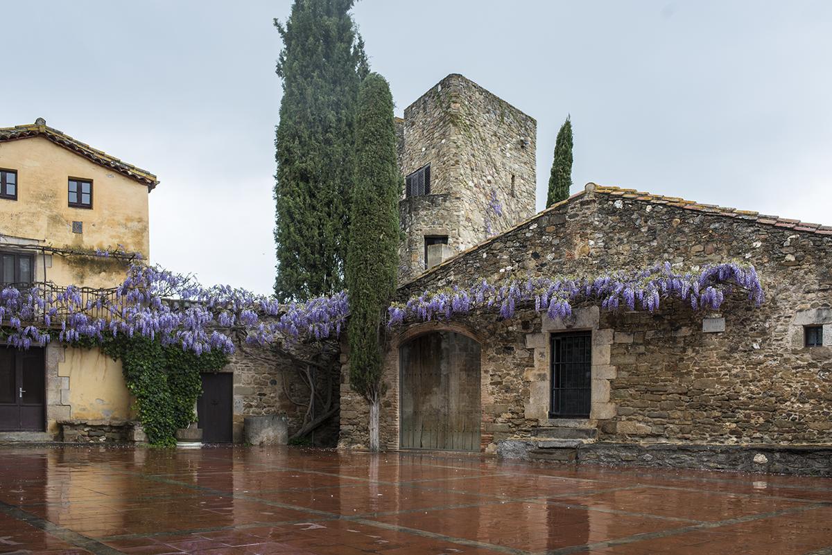 Sant Martí Vell. Hay pueblos del Baix Empordà que aún son joyas, llueva o haga calor.