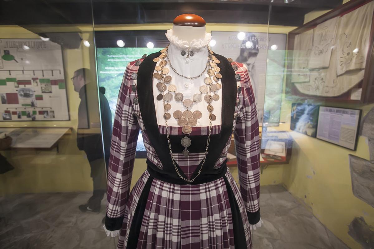 Museo de las Amas de Cría. Selaya. Cantabria. El traje con paño a cuadros o tartán, de inspiración escocesa y evolucionada del pasiego.