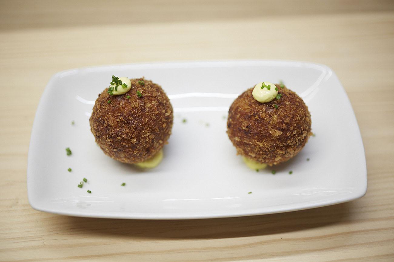 La croqueta de pollo asado y gamba, la más espectacular que se puede probar en Barcelona.