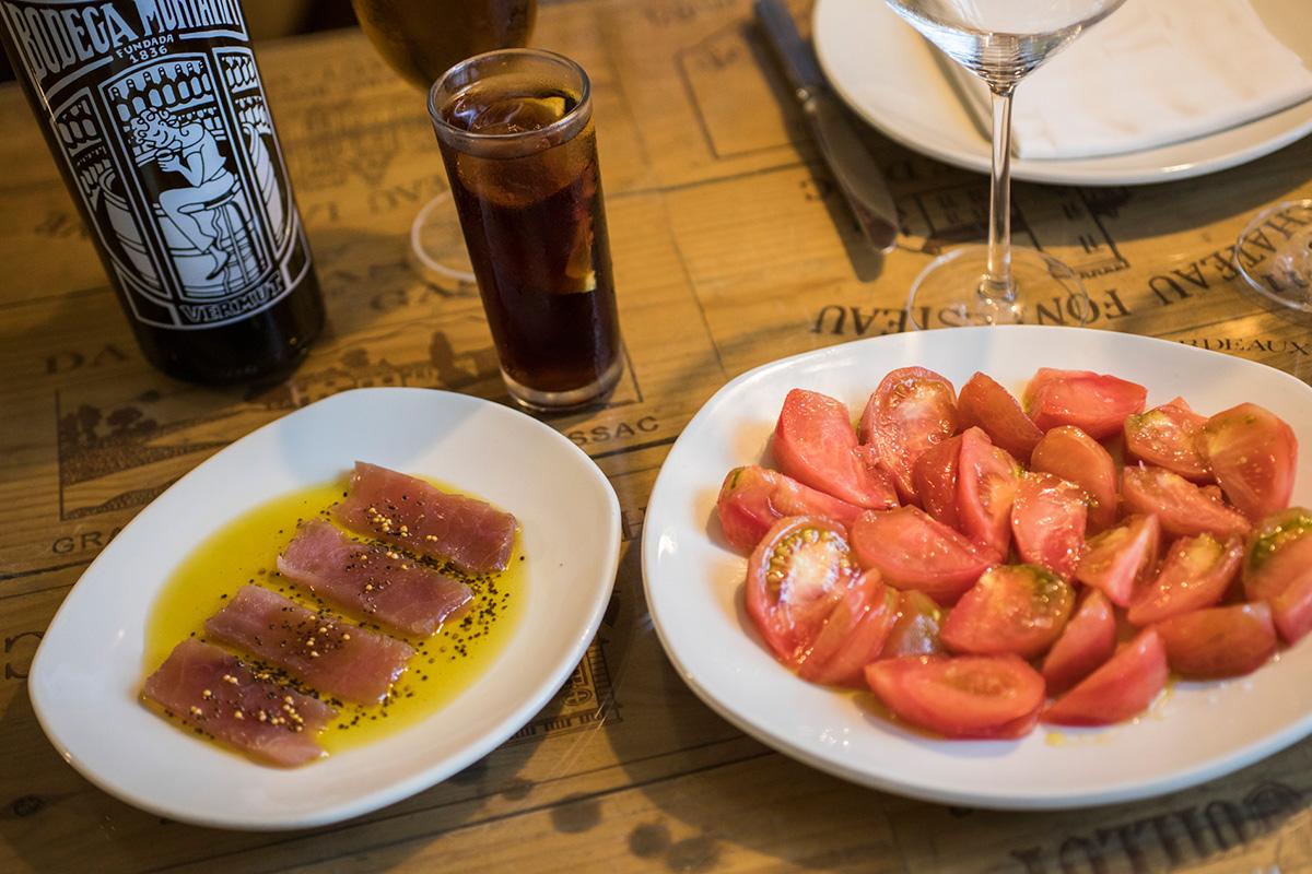 Atún marinado y tomate de temporada.