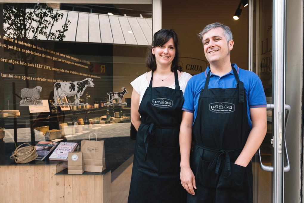 María y Xevi frente a su tienda quesera. Foto: Facebook.