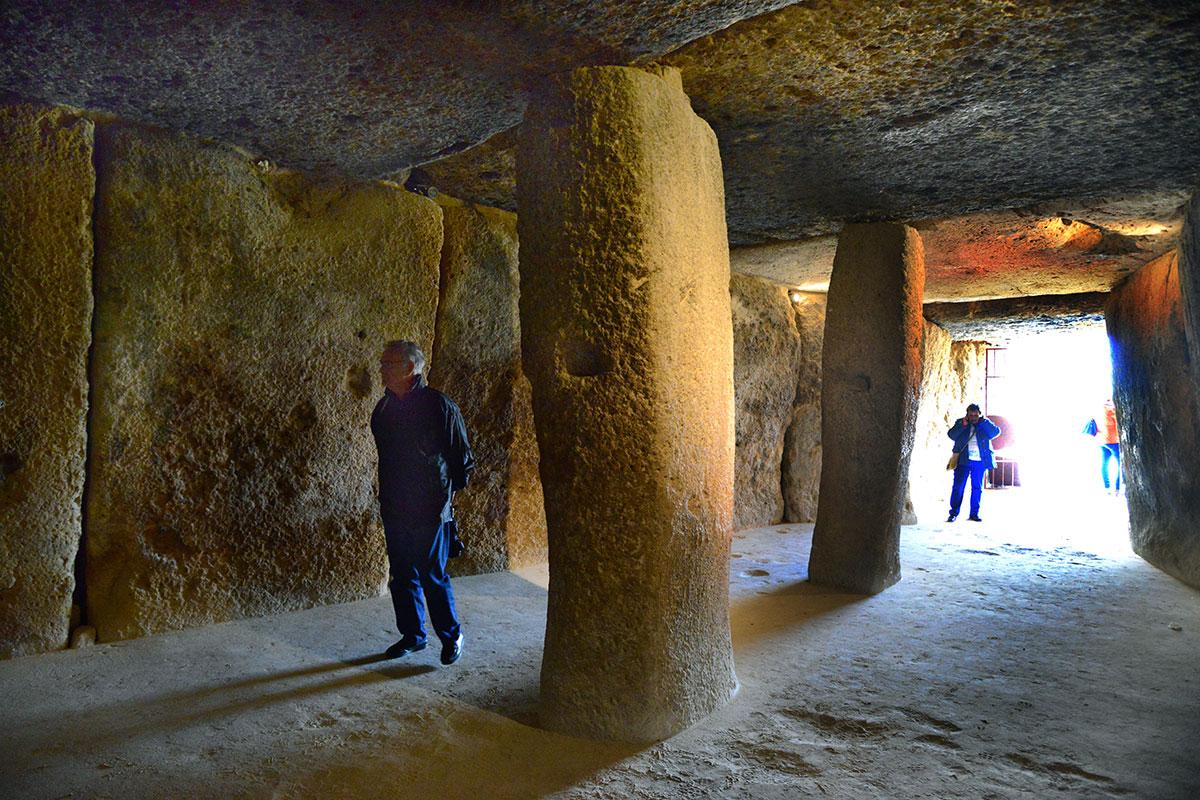 Antequera: Interior del dolmen de Menga. Foto: Alfredo Merino | Marga Estebaranz