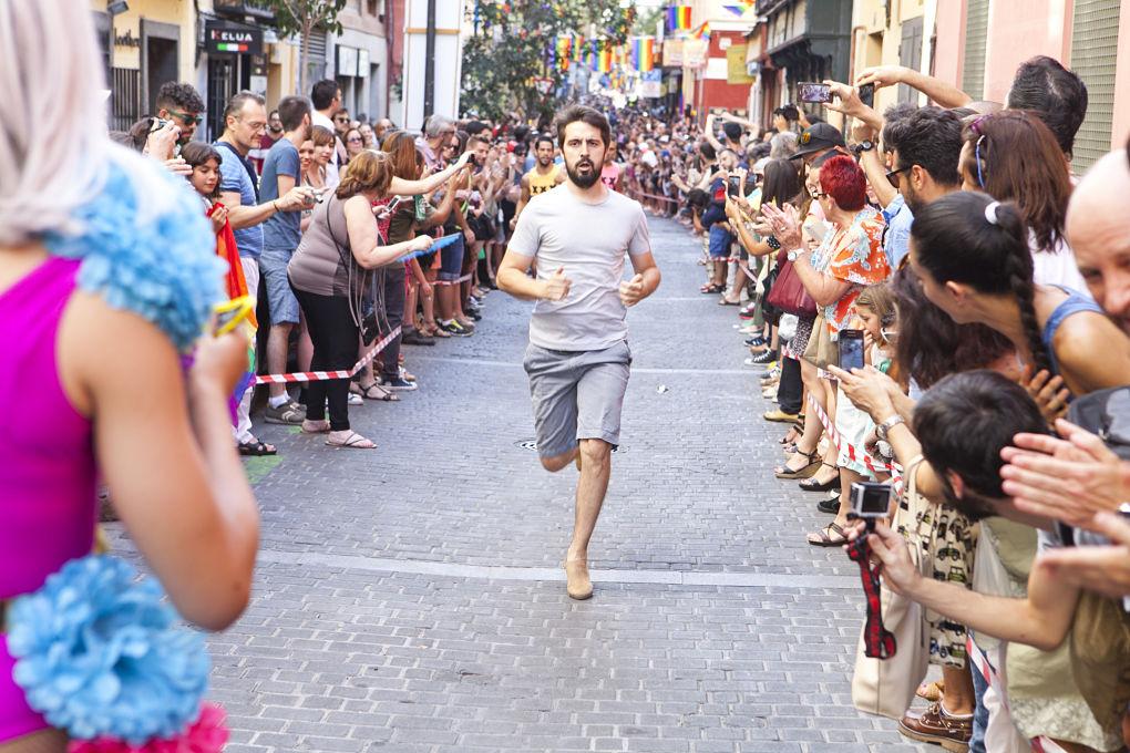 Subidos a enormes plataformas, los participantes recorren la emblemática calle Pelayo. Foto: World Pride Madrid.