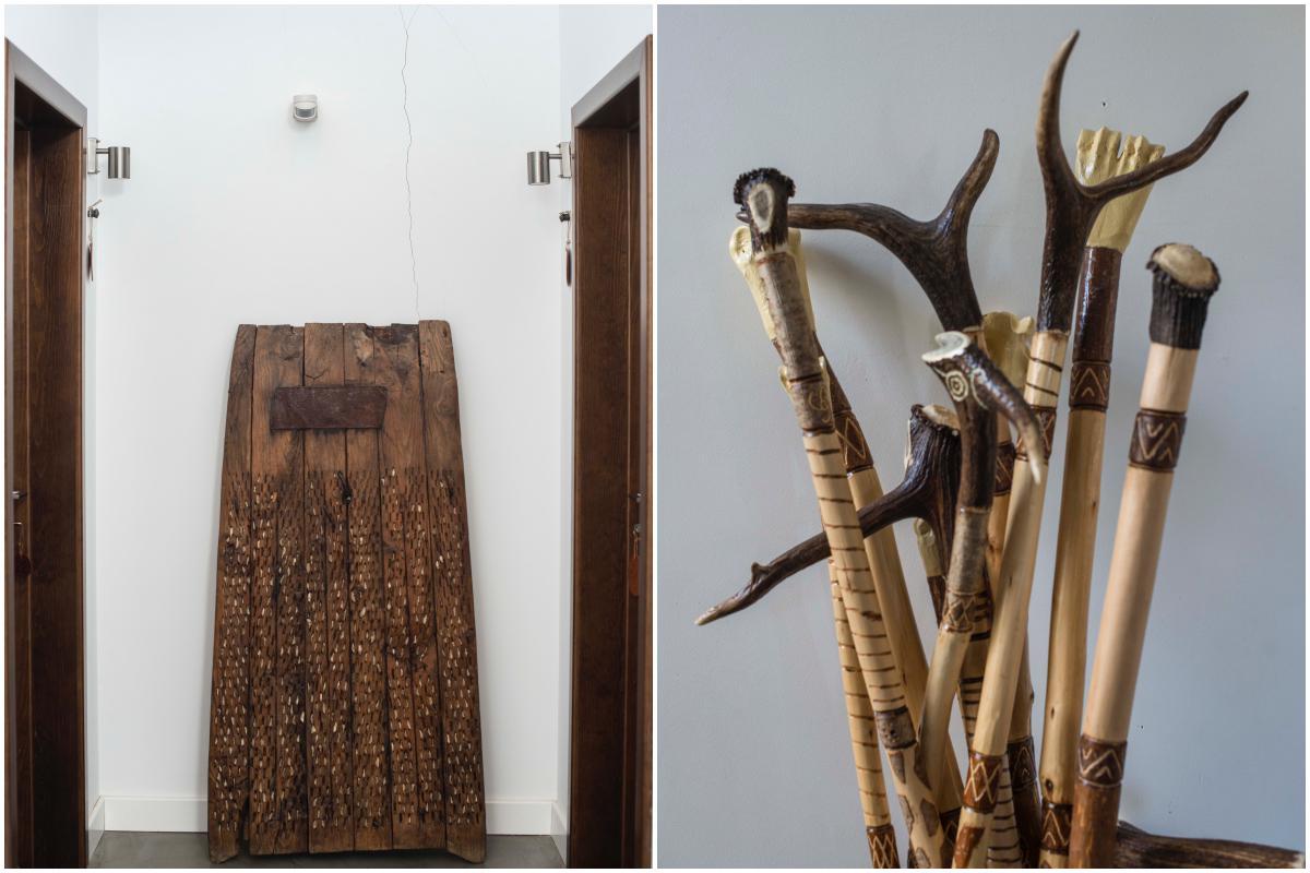 Un antiguo trillo decora uno de los pasillos. A la derecha, bastones de avellano.