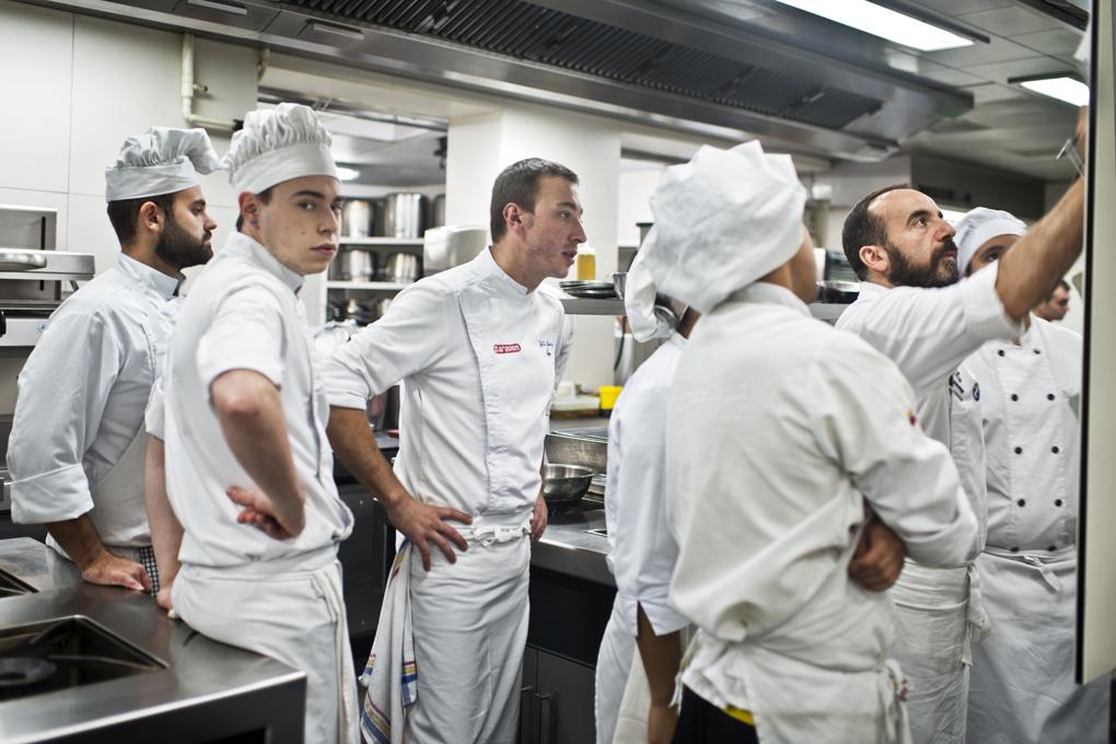Josesa Lezama, el jefe de cocina -con barba- repasa las comandas con el equipo.