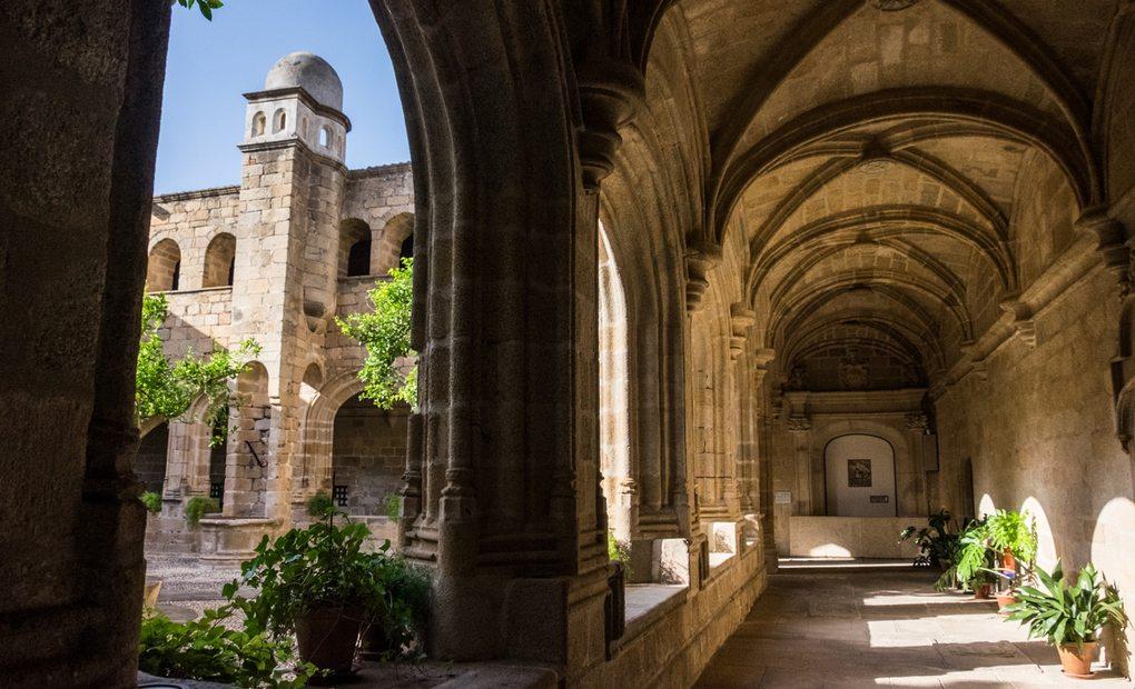 Vista del claustro del Conventual de San Benito.