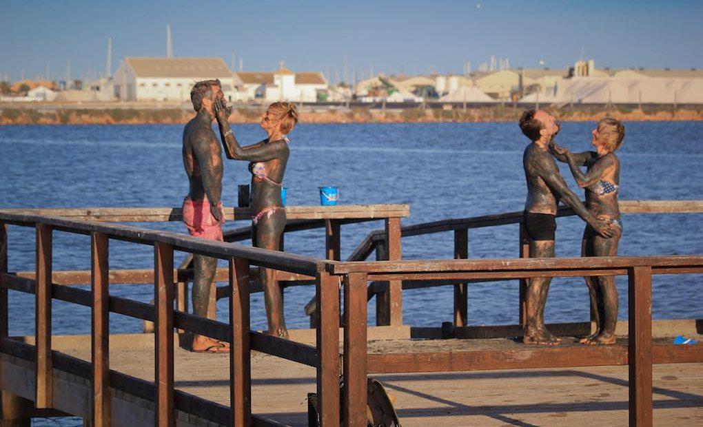 Dos parejas con envolturas de barro en San Pedro del Pinatar, Murcia.