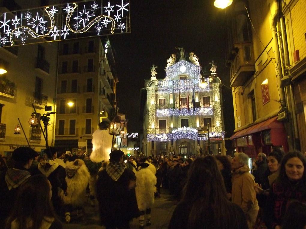 El desfile del Olentzero a su paso por el Ayuntamiento de Pamplona. Foto: Asociación Amigos de Olentzero de Pamplona.