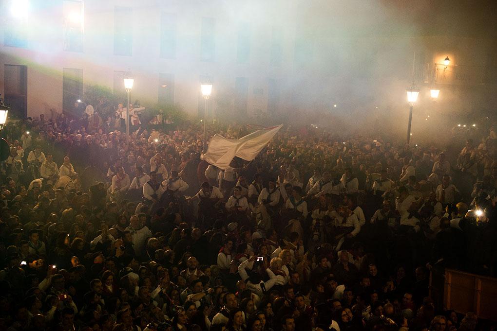 Multitud de gente participando en la celebración de la fiesta. Foto: Manuel Ruiz Toribio.