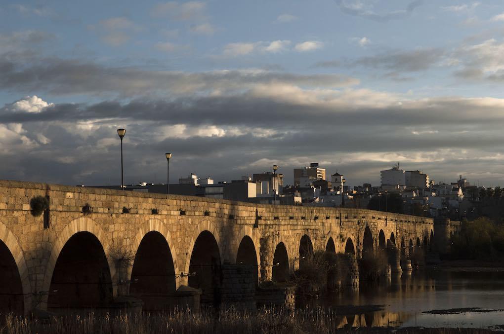El de Mérida, con 755 metros y 63 arcos (en época romana), se convirtió en el puente más largo de la Antigüedad.