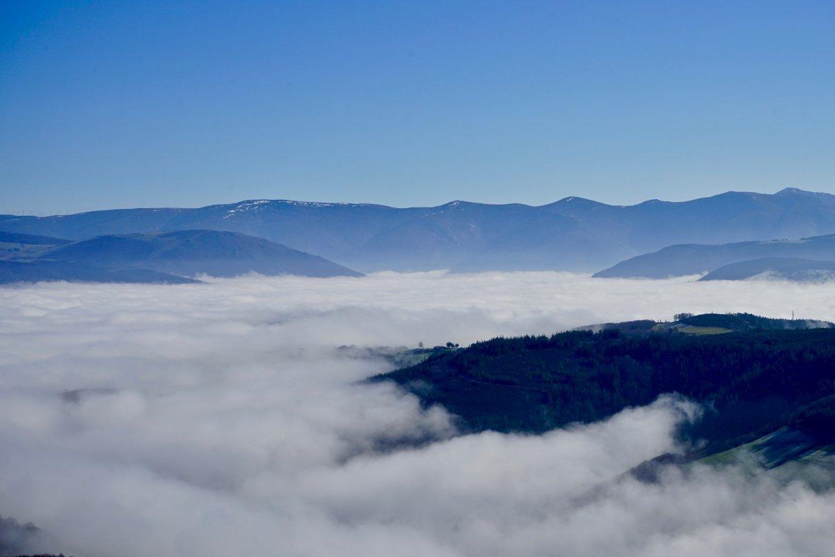 El Valle del Navia envuelto por la niebla.