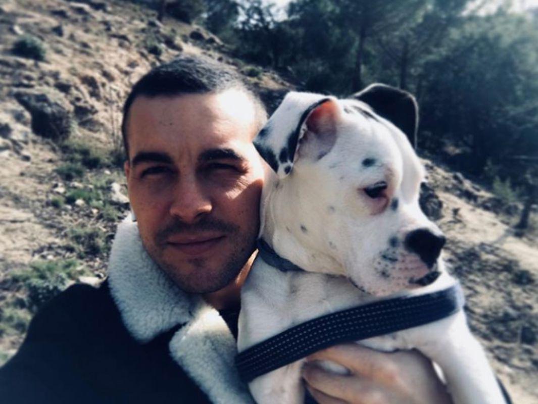 En la sierra de Madrid con su perra, Chica.