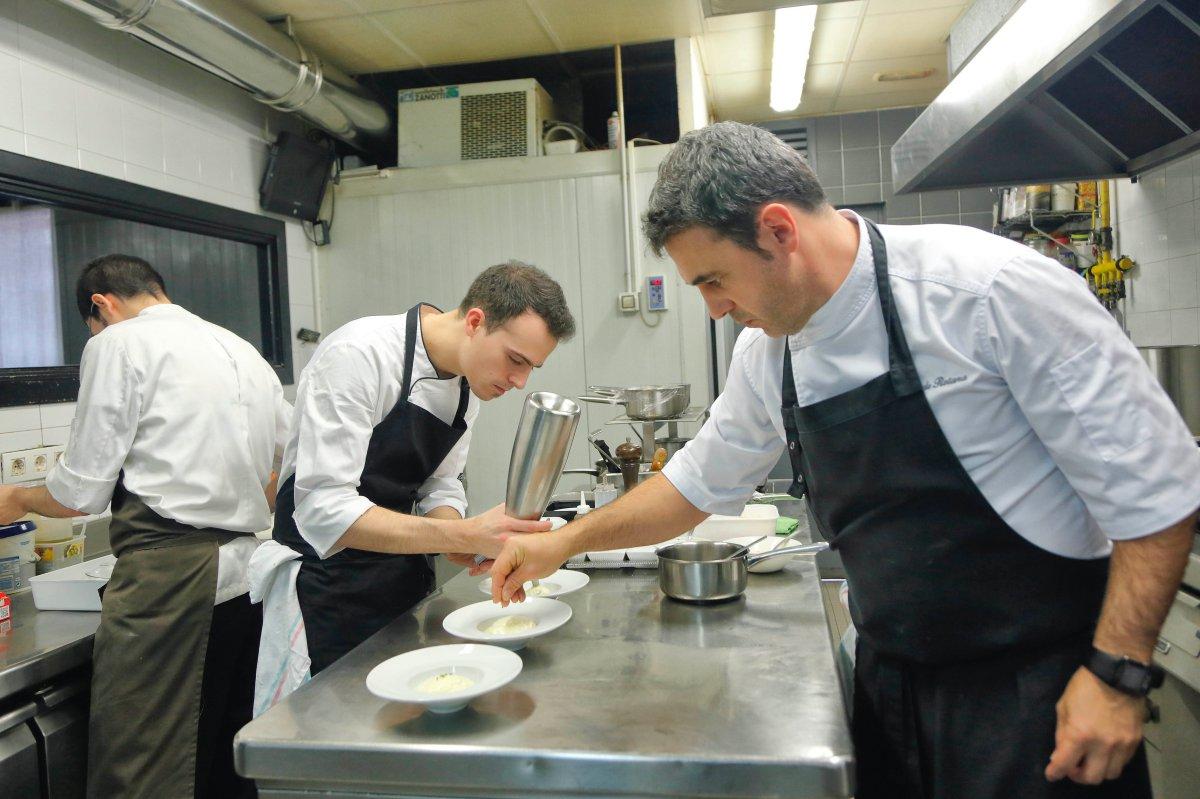 La cocina, como la bodega, están a la vista de los comensales.