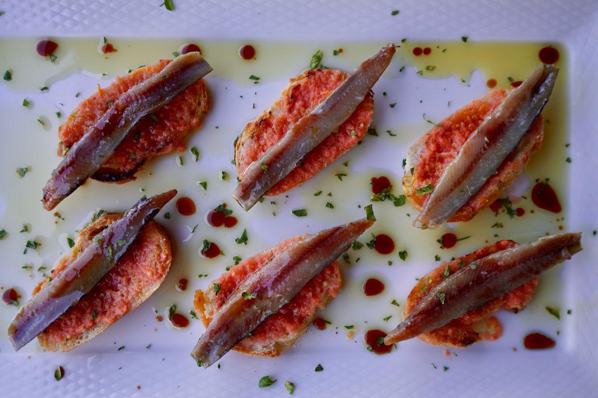 Tostas de anchoa del restaurante Sport, en Luarca, Asturias.