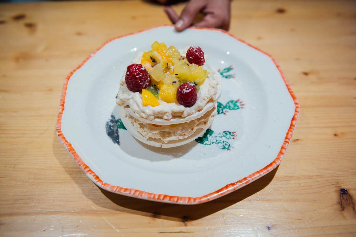La tarta de merengue seco Pavlova es uno de los 'hits' dulces de' La Palera'.