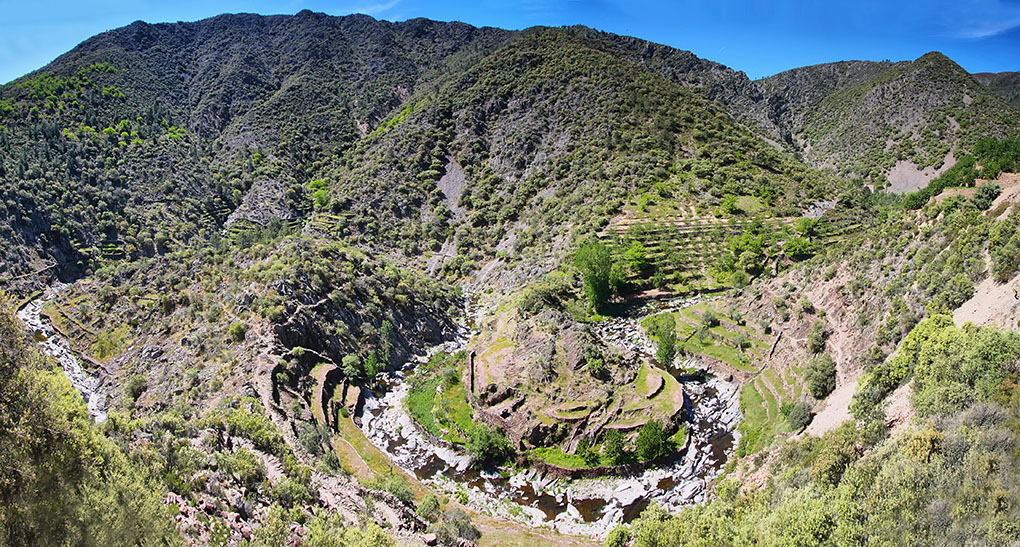 Los meandros del río Malvellido que pasan junto al volcán El Gasco. Foto: shutterstock