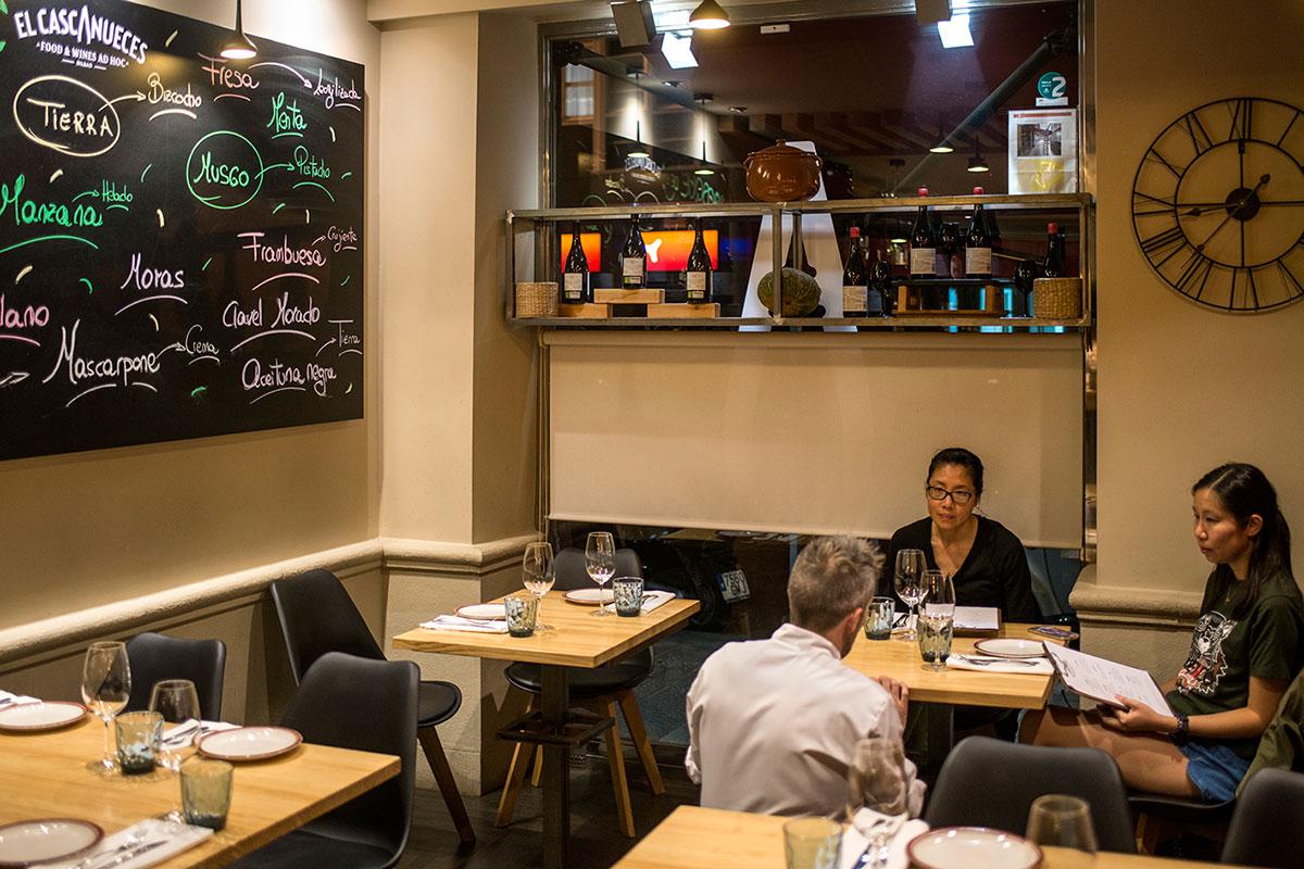 El chef Diego Valdivieso explica la carta a unos turistas japoneses.