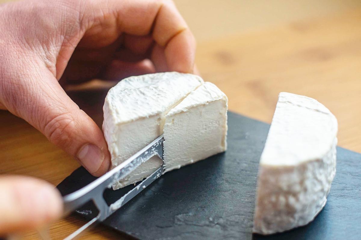 Cortando uno de los quesos de Luna Nueva.