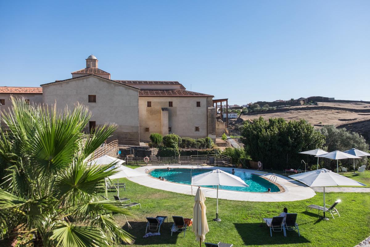 La piscina, ubicada en la antigua huerta de los frailes, la mejor opción cuando suben las temperaturas.