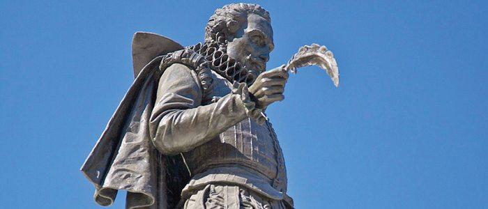 Estatua de Cervantes en la alcalaína plaza homónima.