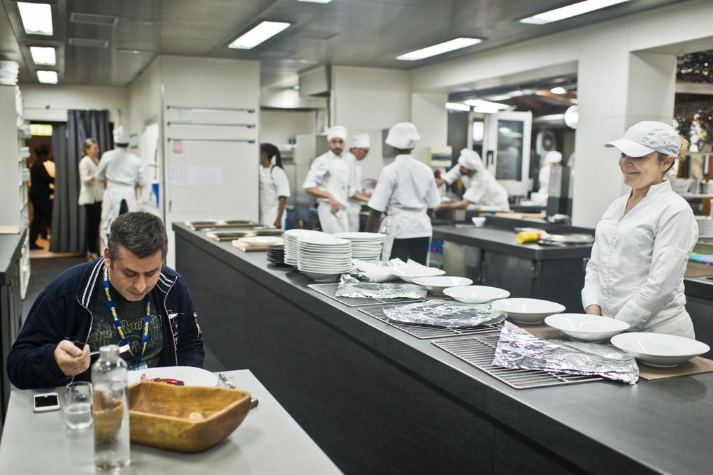 El cocinero que estuvo en plantilla y vuelve todos los años por Gastronomika a probar las novedades, concentrado en el plato.