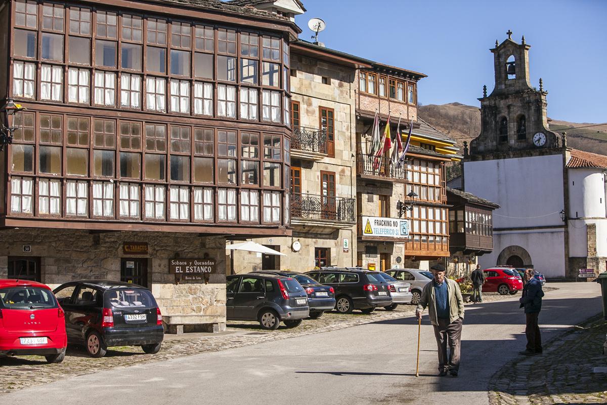 En la plaza se encuentra el más pequeño de los artesanos de la Vega del Pas en Sobaos y Quesadas, 'El Estanco'.
