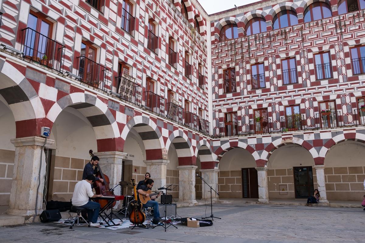 Músicos callejeros amenizan la Plaza Alta. Foto: Shutterstock