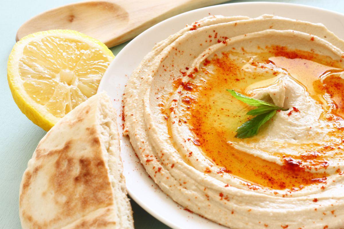 El beisar es un puré similar al hummus, pero con habas. Foto: Shutterstock