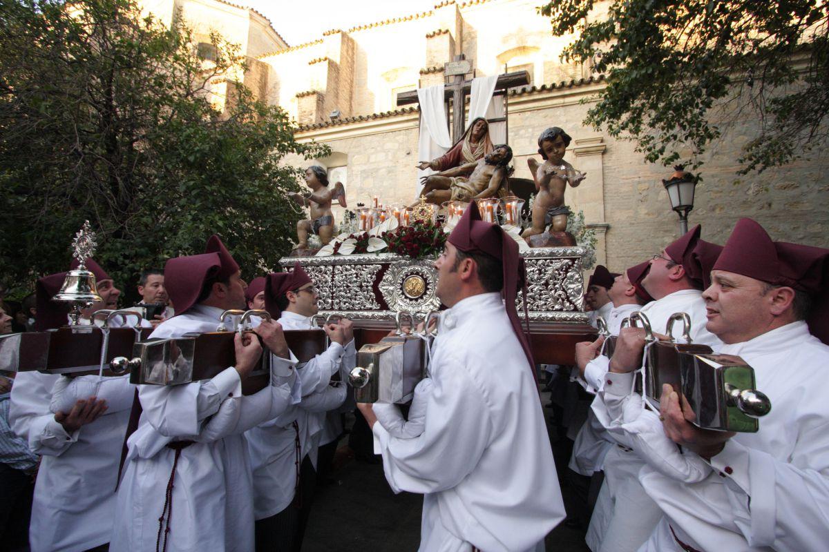 Todo la gente levanta el hornazo que bendice El Nazareno, en Priego de Córdoba. Foto: Turismo de Priego