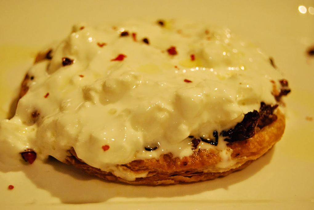 Tatin de cebolla caramelizada con stracciatella de buratta. Eduard Ros
