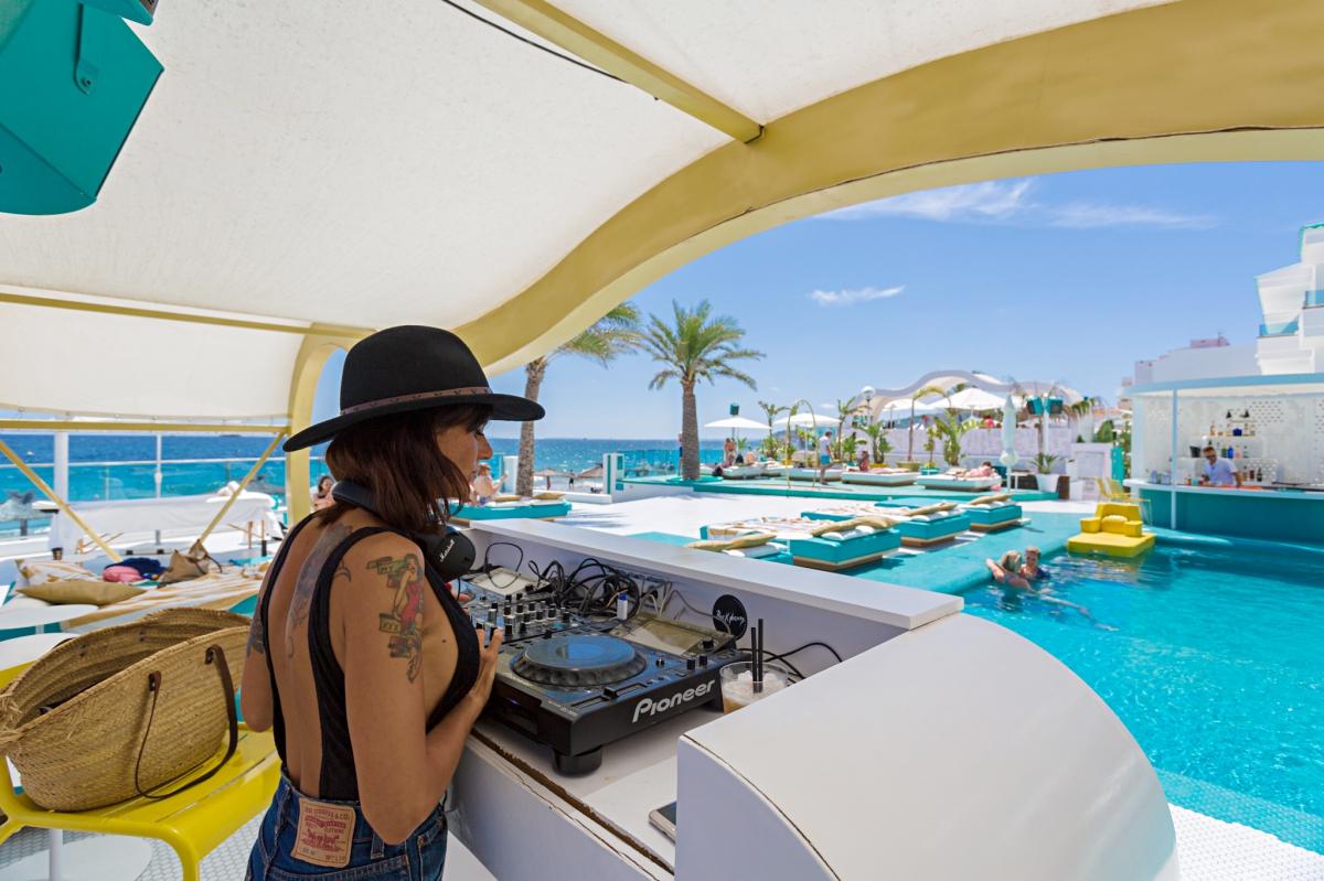 Una Dj pincha en la piscina del hotel El Dorado (Ibiza).