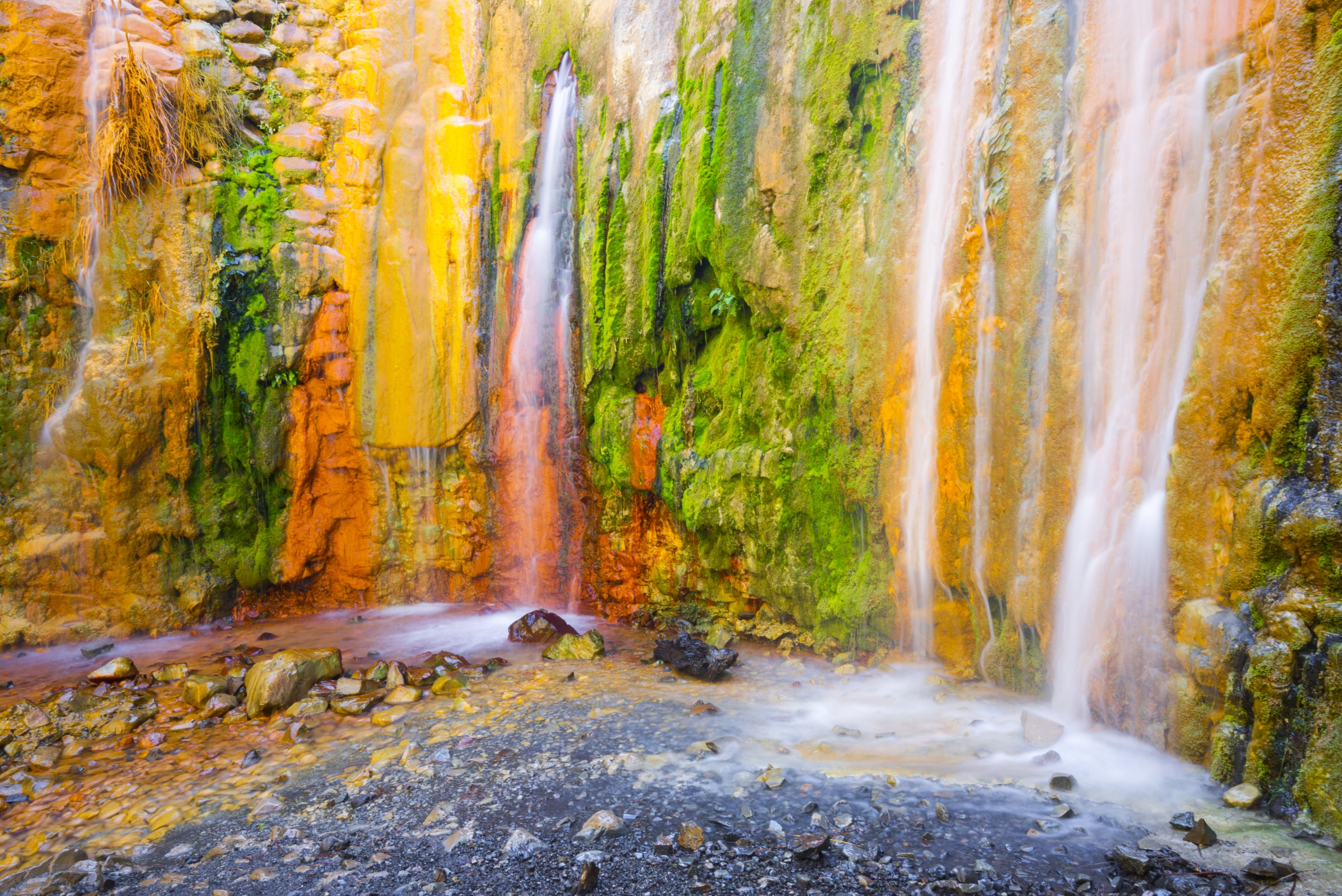Una cascada que parece un arcoíris. Foto: shutterstock.