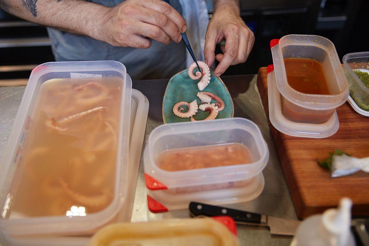Preparación de la ensalada de pepino y pulpo encurtido Tsukiji del restaurante Direkte Boquería, en Barcelona.
