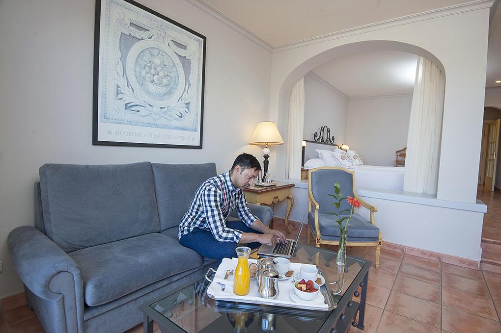 Las habitaciones gran suite y junior suite tienen en el mismo espacio la cama y el saloncito.