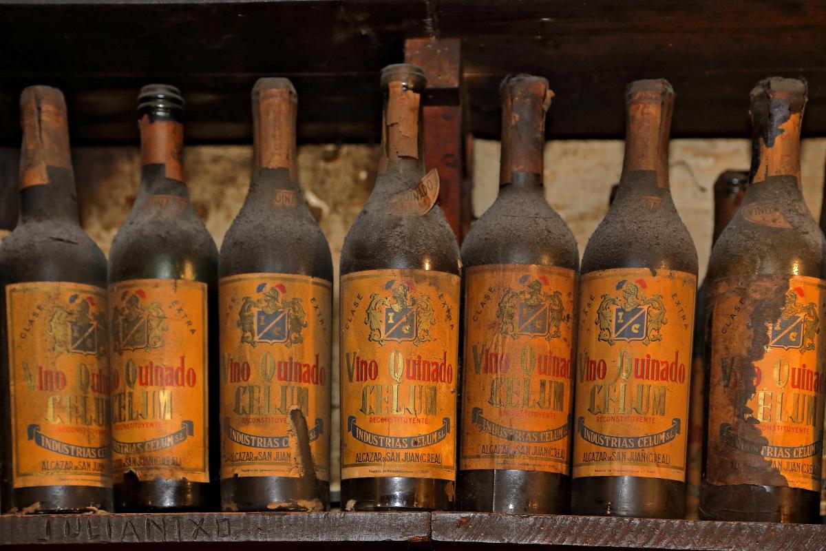Unas botellas que lucen con mucho polvo y apariencia envejecida en 'Casa Julián'.