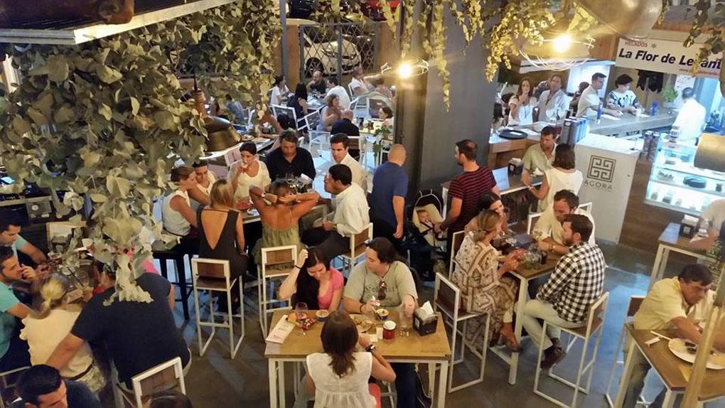 La gente disfruta en los mercados gastronómicos.